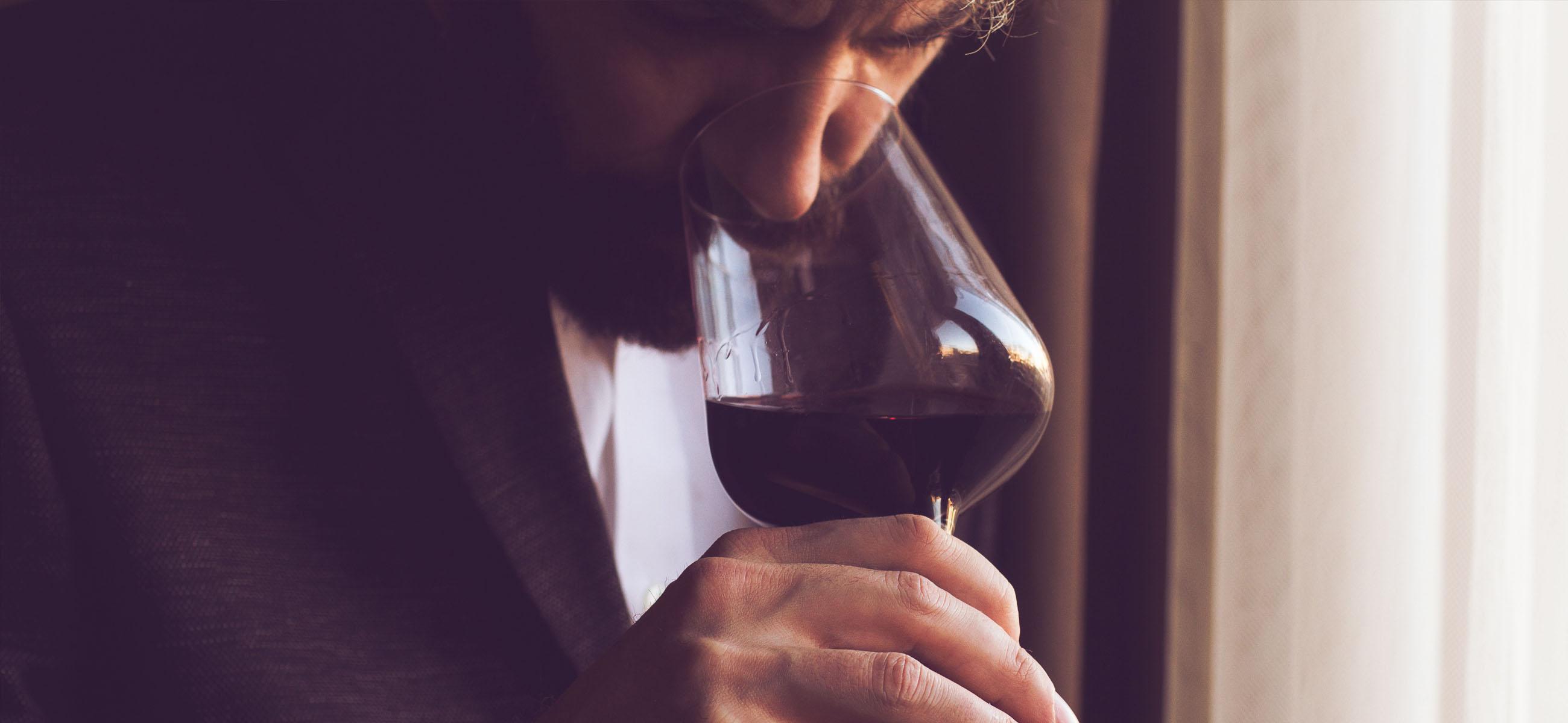 uomo con bicchiere